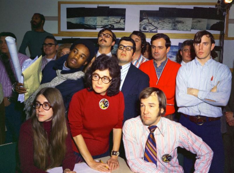 Hamilton, con sus comañer@s en la habitación Scama del MIT, mientras dan soporte al Apollo 8.