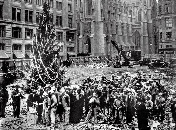 Los Obreros del Rockefeller Center colocando el árbol de Navidad en la obra en 1931