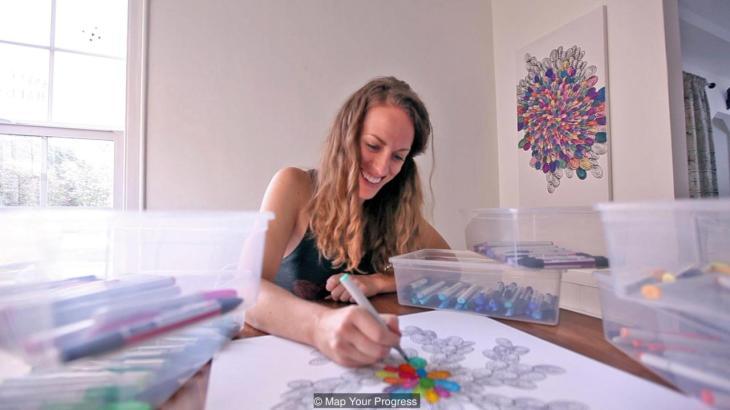 Amy Jones empezó a vender su arte de seguimiento de objetivos después de sufrir una enfermedad visual. Cada uno de sus lienzos representa un pago de 100$. (Map Your Progress)